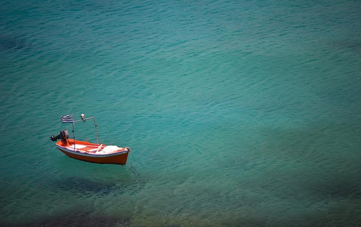 Одинокая лодка в море